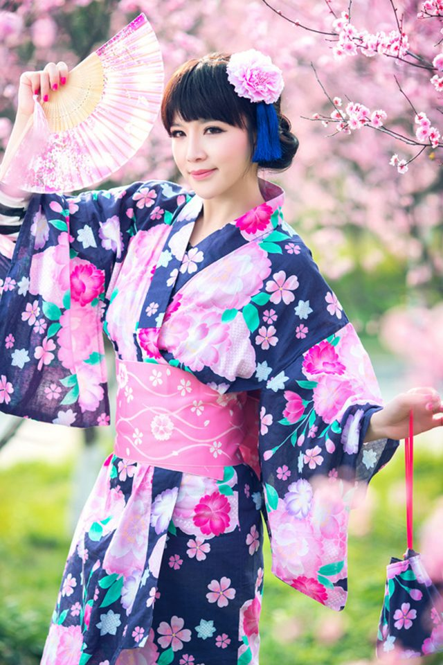 Pretty girl wearing a kimono Android wallpaper